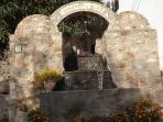 BIENVENIDA A BEIRES, DETALLE UBICADO JUNTO A LAS ESCALERAS DE ACCESO