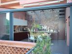 baie vitrée de la cuisine entièrement ouverte
