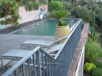 La piscine est entièrement protégée par des gardes-corps de hauteur réglementaire