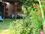 Giardino con patio e pergola