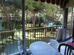 Terrasse avec vue sur la piscine et le parc