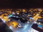 Toma Aérea Drone vista alrededores y edificio