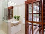 Master ensuite luxurious fittings