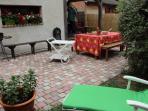 Terrasse extérieure aménagée, desserte, barbecue, au fond, la terrasse couverte
