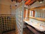 Badezimmer Travertinwaschtisch und Dusche - Bath room with travertine washstand and shower