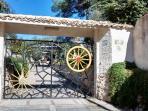 cancello principale del Villaggio le Grotte, viale dei lidi 412 Siracusa