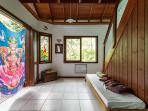 apos um lance de escada o espaço com varanda e banheiro completo. Pode servir de sala ou de quarto.