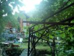 vista casa da una parte del giardino con gazebo