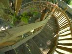 Escalier sécurisé, hauteur des balustres 1,20 et pour la nuit des petits led sur les marches.