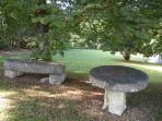 Une partie du parc près de l'entrée du Moulin. Avec l'ancienne meule et le balancier des machines.