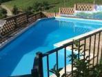 piscina con cancelli di protezione per bambino.  Safe gate for children