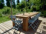 Het tweede terras met pergola en vaste barbecue, gelegen aan de bosrand