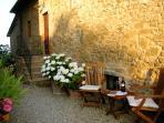 relaxen mit einem Glas Chianti Wein - relax with a glas of Chianti wine