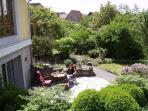 Sonnig oder schattig… ganz nach Laune, inmitten des schöne Gartens. Gartenmöbel aus Naturmaterial.