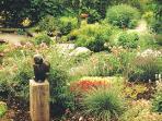 Der Garten von Atelier Rapp bot sich für Ausstellungen, in dem große Skulpturen wirken können, an.