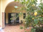 Ampio cortile con alberi di agrumi