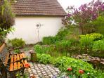 Der Gartenteich im oberen Garten der Gastgeber