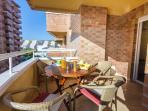 Terraza con mesa y sillas para el desayuno, comida o cenas.