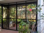 Splendida veranda in cui fare colazione e godere di una bellissima vista giardino