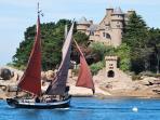 Le chateau de Coasteres et un voilier traditionnel de Ploumanac'h