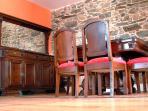 En el salón, una imponente mesa de madera maciza, para 6 personas