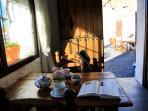 Desde esta mesa en la cocina, se vive también la luz y el color de la calle. Esto es armonía.