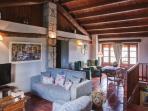 Salón con sofás, TV y chimenea segunda planta. Casa rural LA CABANA (Berguedà, província Barcelona).