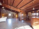 Sala polivalente planta baja de 100m2, con barbacoa. Casa rural LA CABANA (Berguedà, Barcelona).