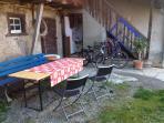 Terrasse im Hof, mit 2 Fahrräder