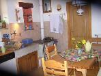 Küche mit Geschirrspüler, Mikrowelle, Kühlschrank mit Tiefkühlfach