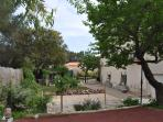 arrière villa , avec parking , gazon , et bande de jeu pour petanque