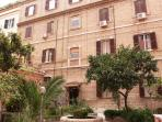 il delizioso cortile   lovely courtyard
