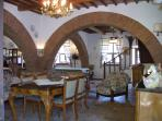 Living room 100 squared meters with cotto floor and 4 arches