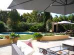 Le jardin paysagé et les terrasses, piscine vus depuis le salon de jardin sur la grande terrasse