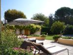 lLe jardin, les fleurs et les chaises longues pour se bronzer au soleil