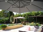 l'îlot plancha-barbecue et terrasse piscine et chaises longues
