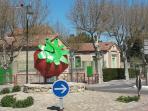 L'arrivée au Village par le rond-point de la Fraise, emblème de notre petit village.