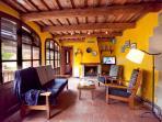 Salón con sofás, TV y chimenea. Casa rural Vilanova (Berguedà, Barcelona)