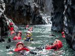 Gole dell'alcantara body rafting a immersione con guide e attrezzatura professionale a noleggio.