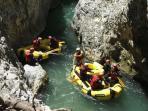 Gole dell'alkantara rafting in discesa fluviale su gommone inaffondabile con guida e attrezzatura.