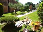 Giardino tipico toscano a disposizione dei nostri ospiti con patio privato.