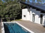 Vue de la maison avec piscine et grande terrasse