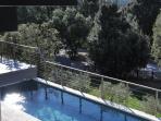 Vue de la terrasse Chambre 3 sur la piscine et le jardin