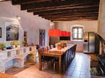 Cocina - comedor con chimenea. Casa rural El Munt (Castellterçol, Barcelona).