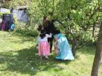 pendant ce temps là il y a des princesses qui cherchent des œufs de pâques dans le jardin