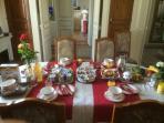 LES-CHENEVIS / un  copieux petit déjeuner