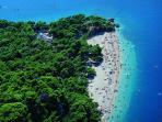 La spiaggia di Puntarata raggiungibile a piedi in venti minuti
