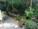Zona pranzo coperta in giardino