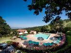 Ripostena, La piscina in pietra vista dal bosco - Infinity pool from the woods
