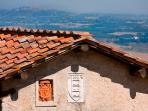 Ripostena, Lo stemma del borgo e la vista di San Gimignano